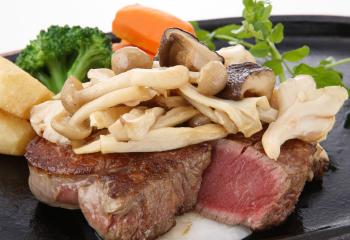 きのこたっぷりの牛ヒレ肉ステーキ